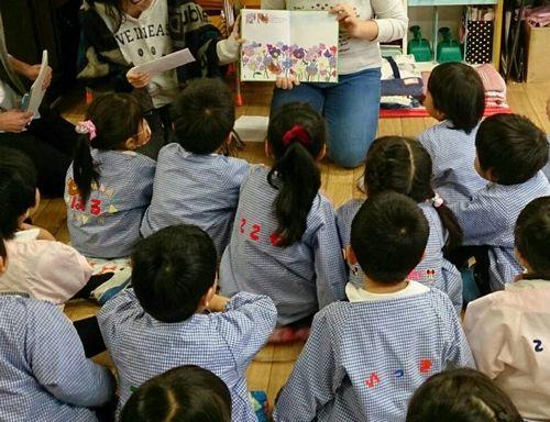 幼稚園での読み聞かせ風景